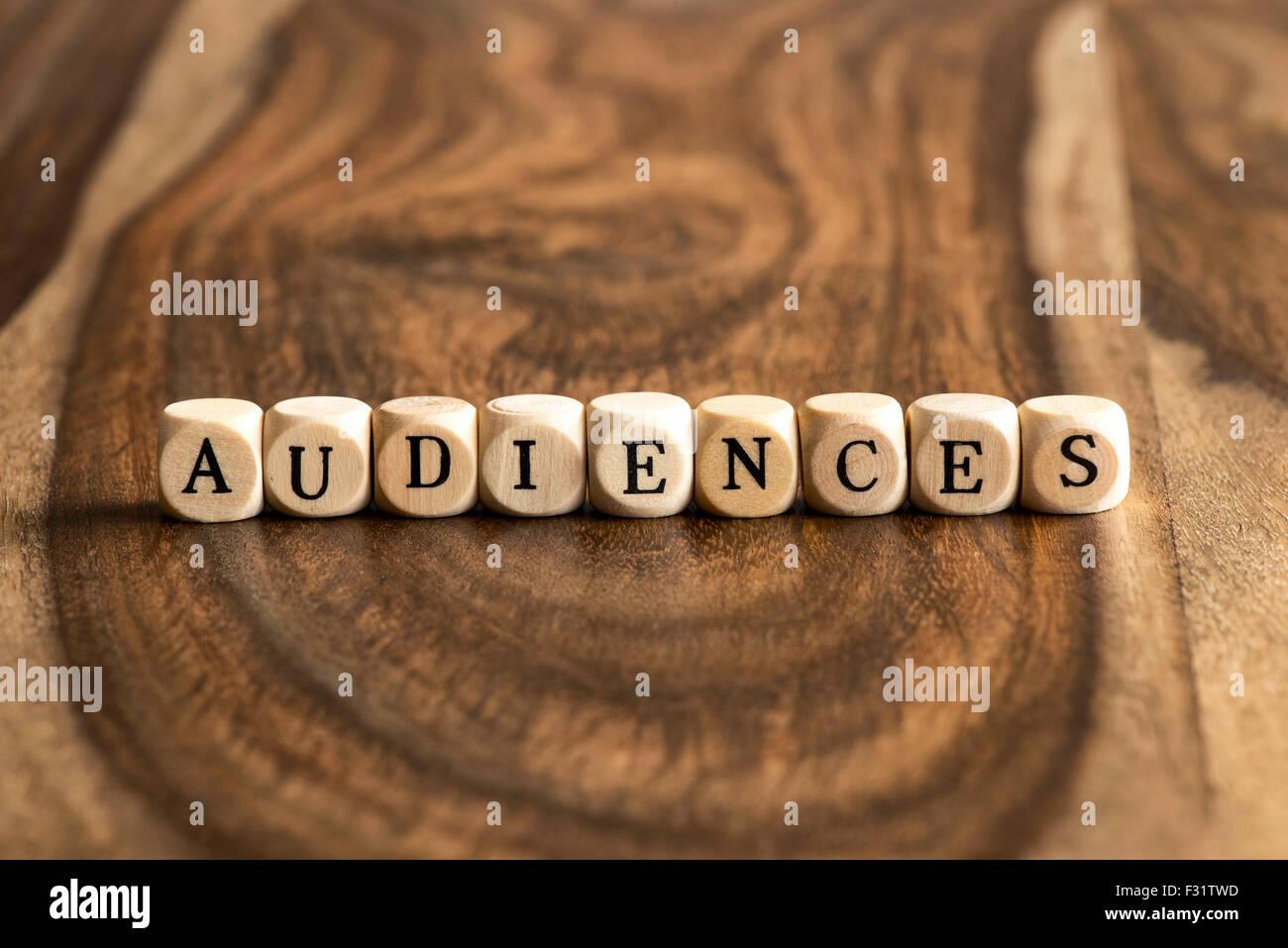 Publikum word Hintergrund auf Holzblöcke Stockbild