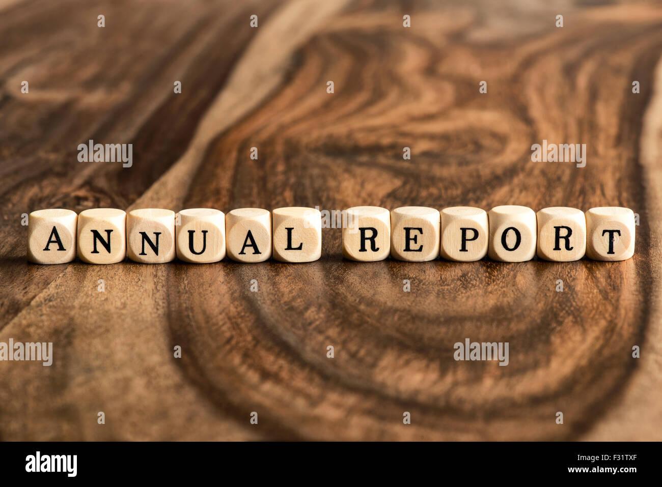 Jahresbericht-Word-Hintergrund auf Holzblöcke Stockbild
