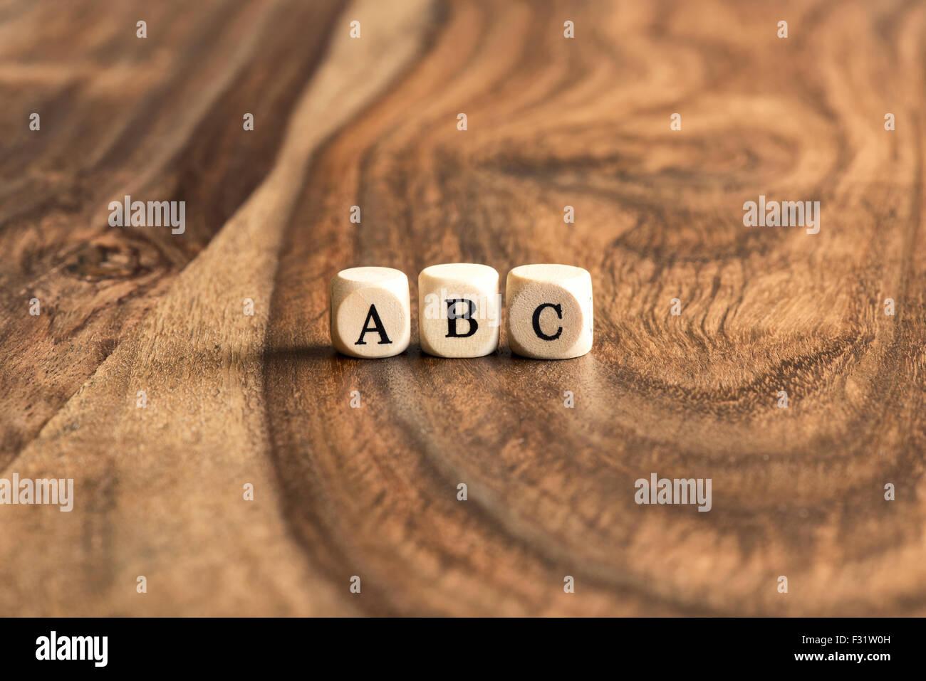 ABC Bausteine auf hölzernen Hintergrund Stockbild