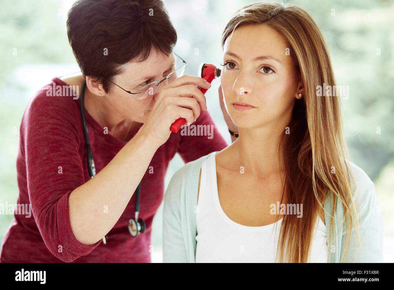 Arzt untersuchen Patienten Ohren Stockbild