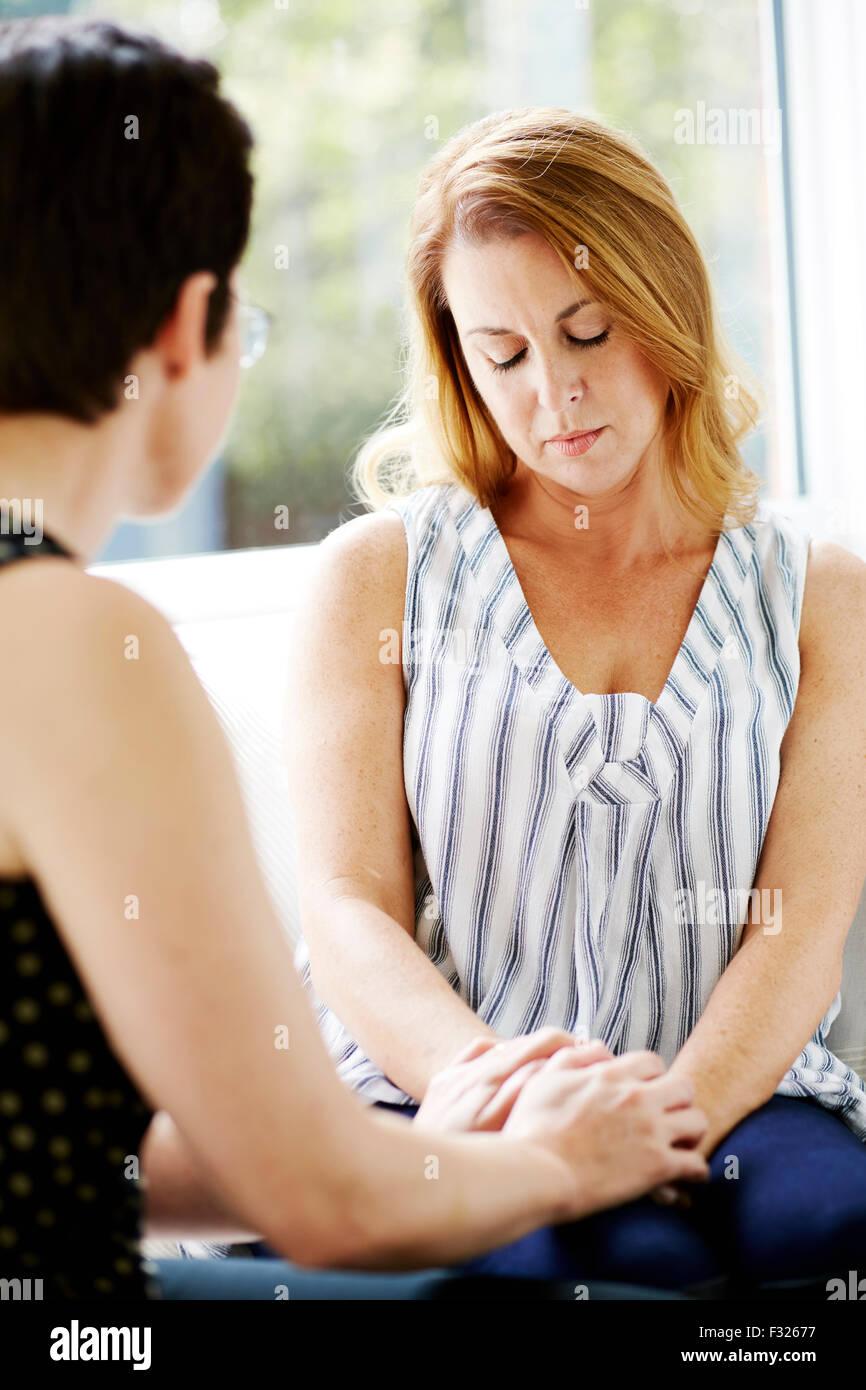Frau eine andere trösten Stockbild