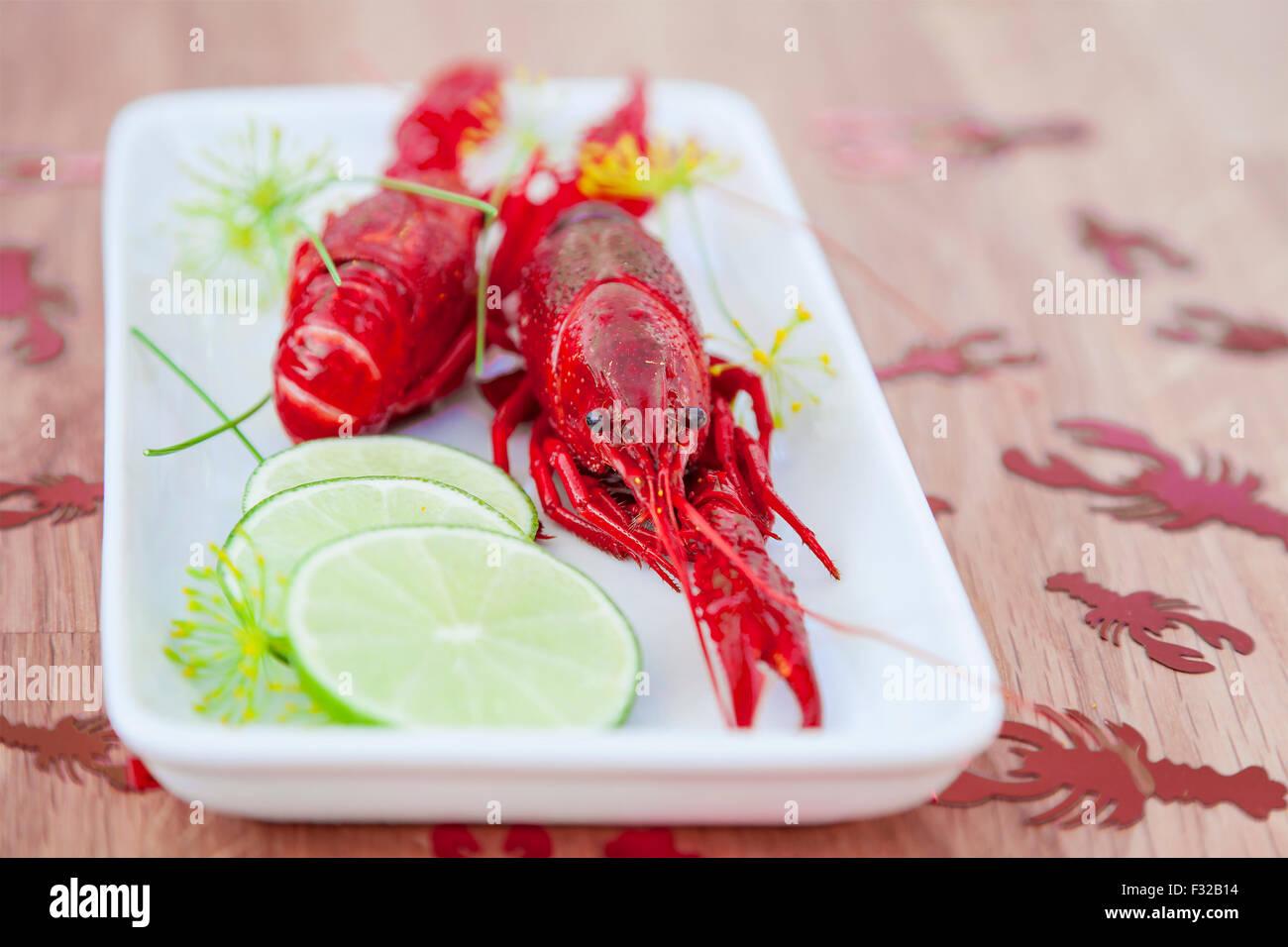 Bild von Krebsen und Kalk auf einen Teller. Stockbild