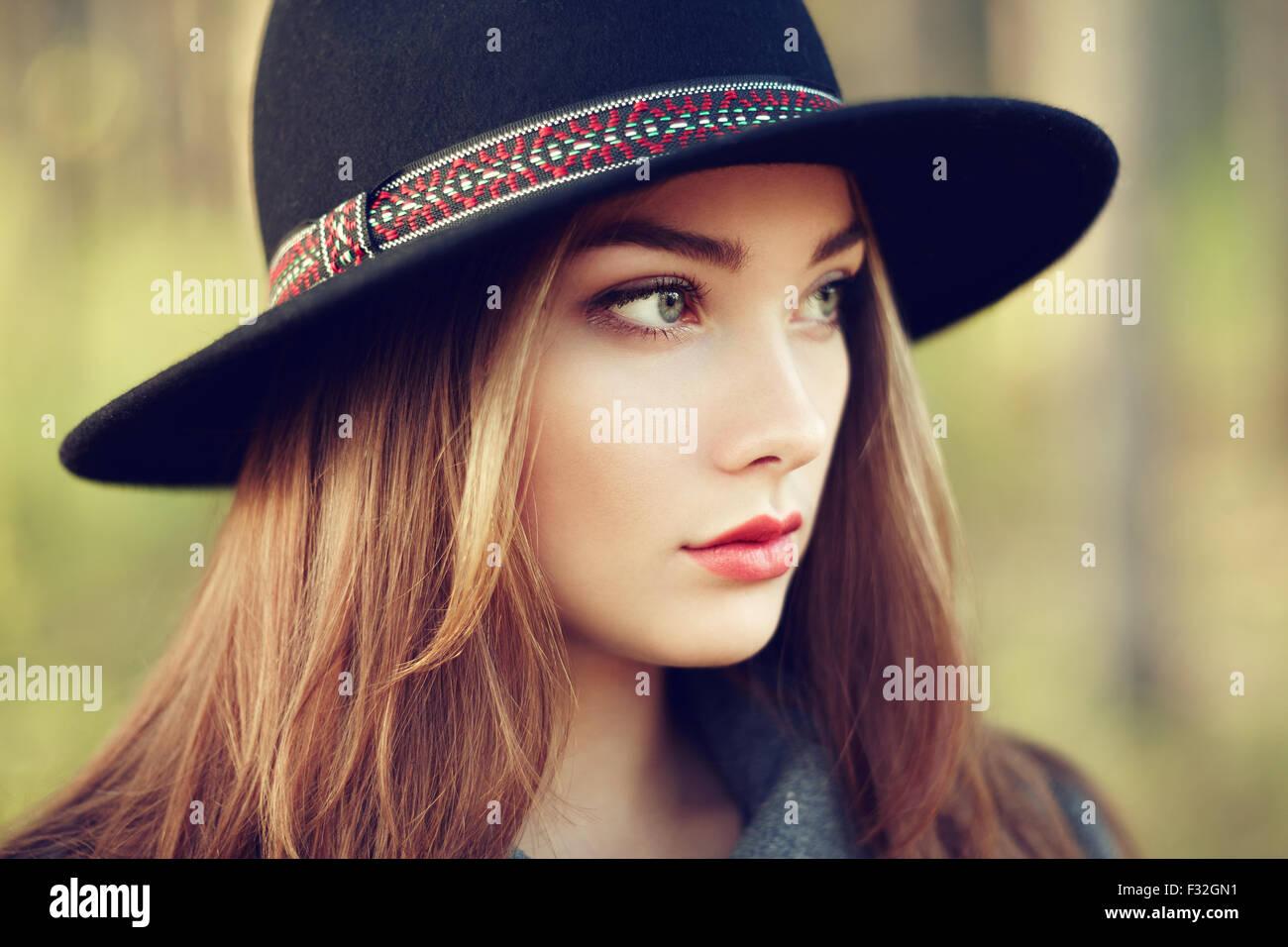 Portrait von junge schöne Frau im Herbst Mantel. Mädchen mit Hut. Modefoto Stockbild