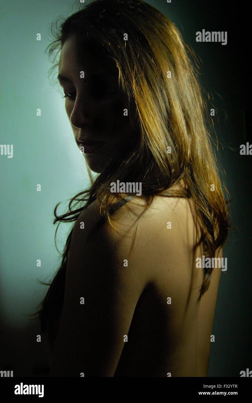 Girl zeigt ihren Rücken, Haut schönes Licht Stockbild