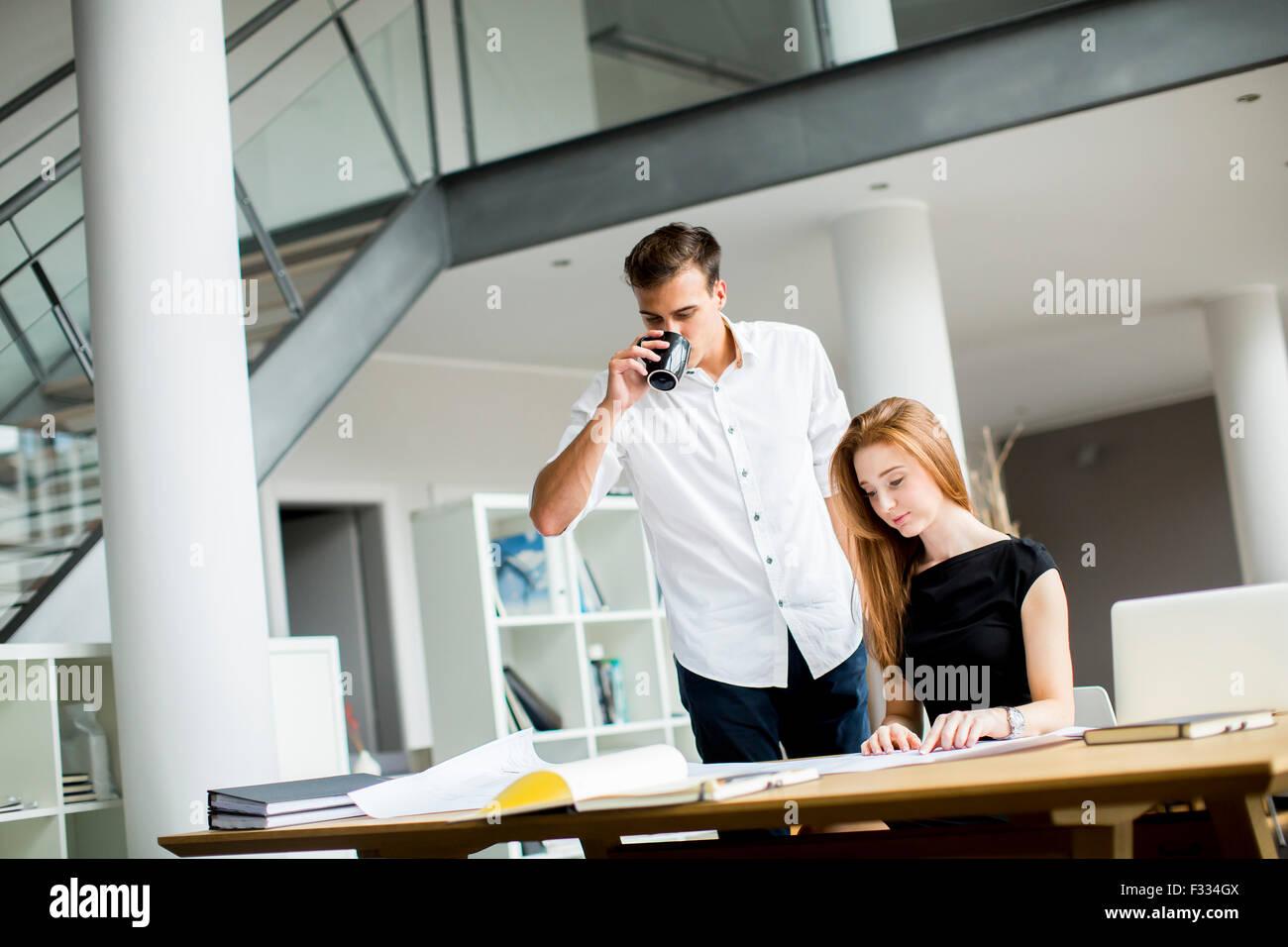 Junge Leute im Büro Stockbild