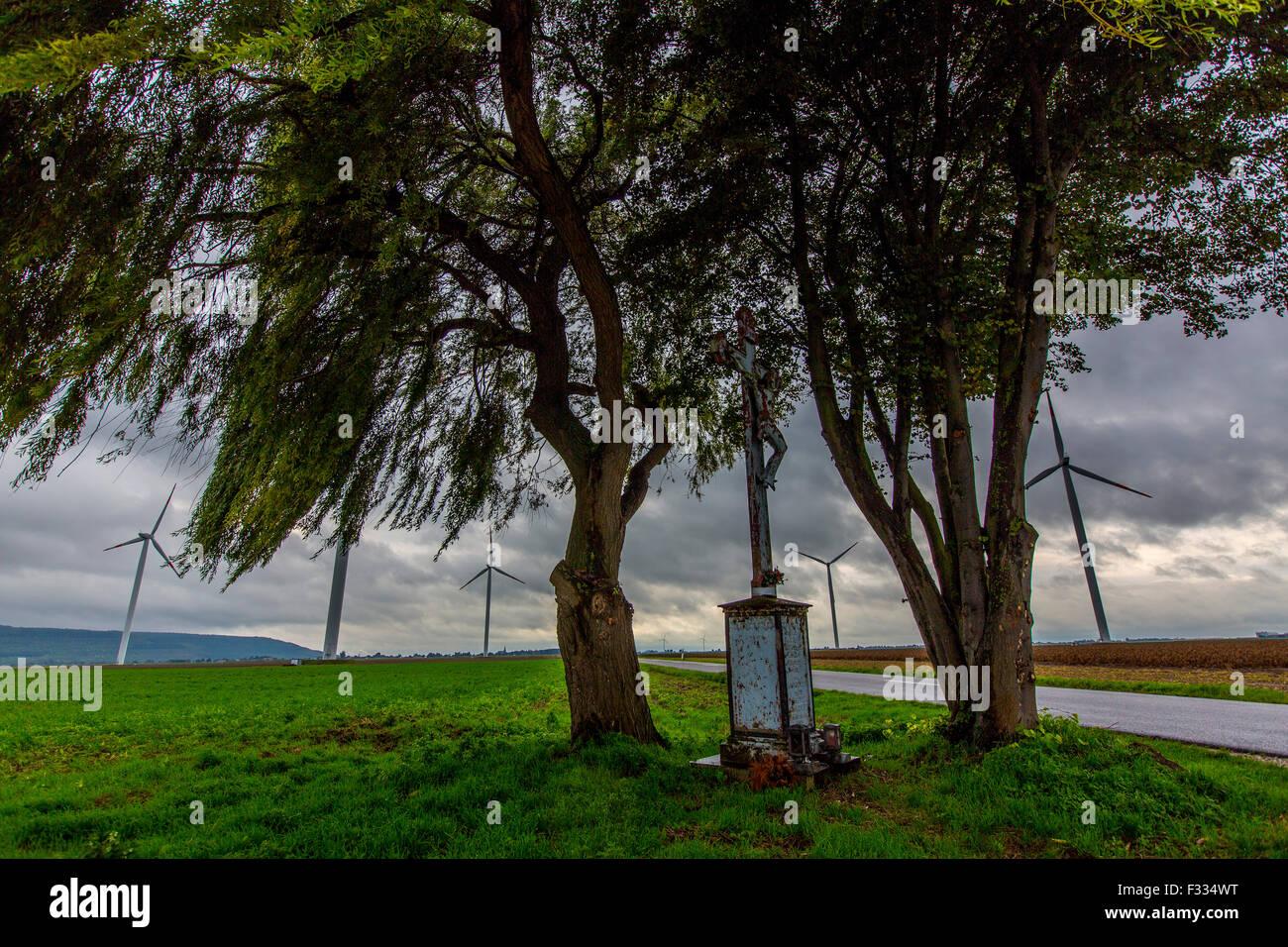 Wind-Kraft-Park im Feld kleiner Altar mit einem Kreuz auf einer Kreuzung, Stockbild