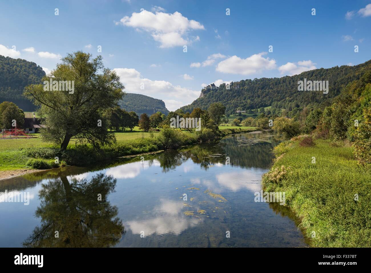 Blick über die Donau bei Hausen Im Tal, Landkreis Sigmaringen, Baden-Württemberg, Deutschland Stockbild
