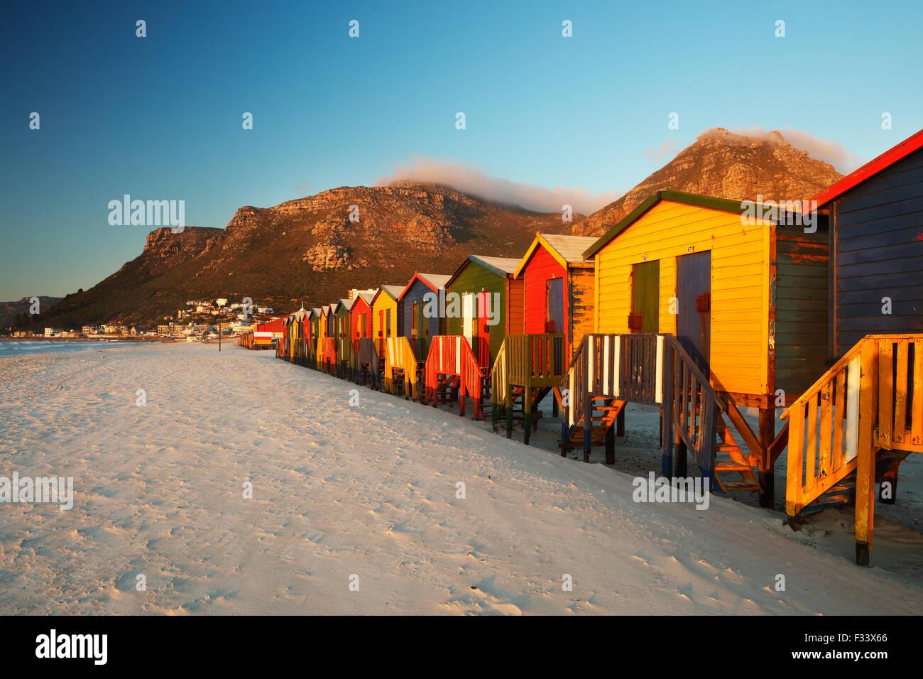 Umkleidekabinen am Strand von Muizenberg, Kapstadt, Südafrika Stockbild