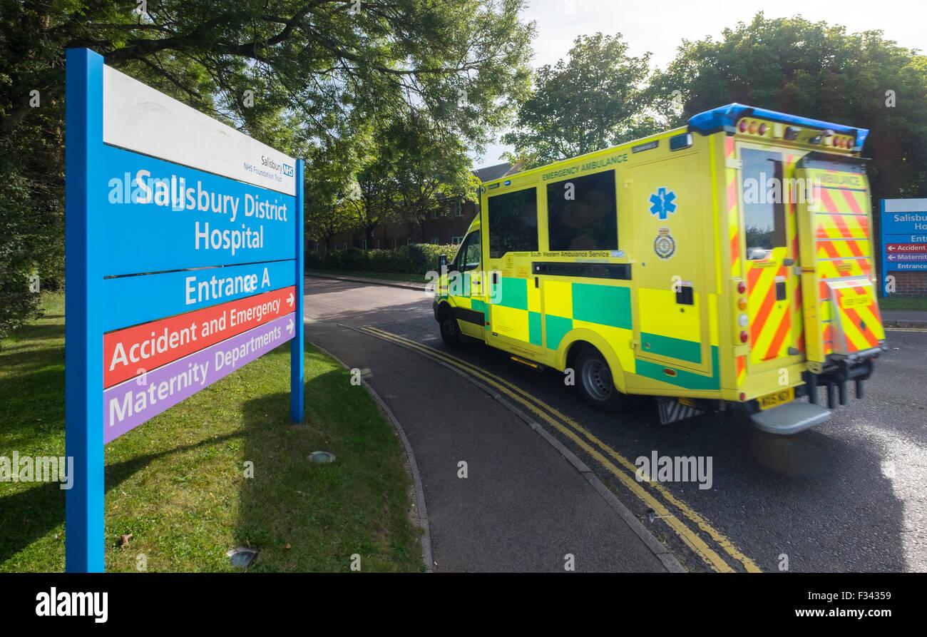 Ein South Western Krankenwagen Ankunft am Kreiskrankenhaus Salisbury, Salisbury, Wiltshire, UK Stockbild