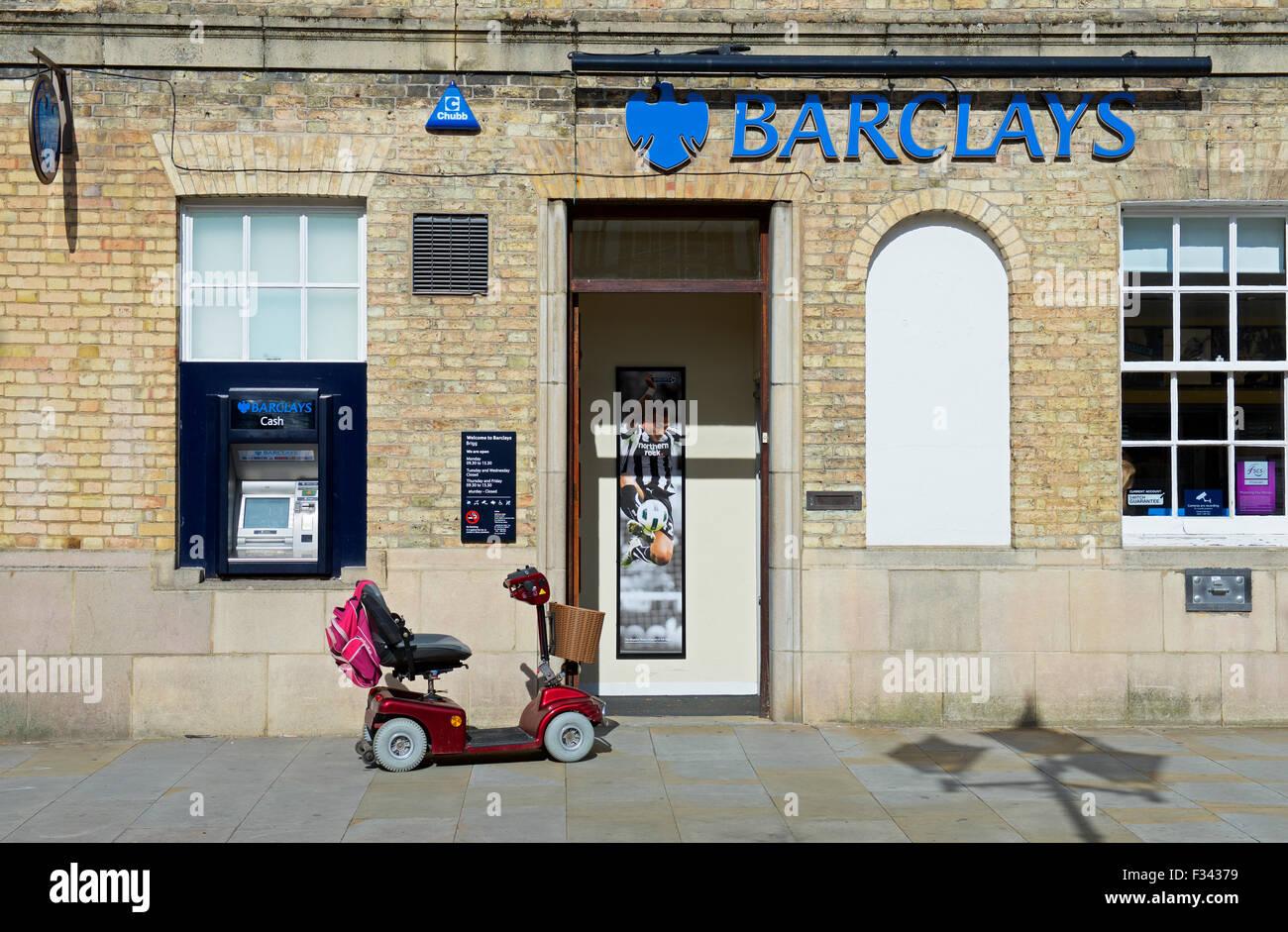 Mobilität Roller außerhalb Barclays Bank, England UK Stockbild