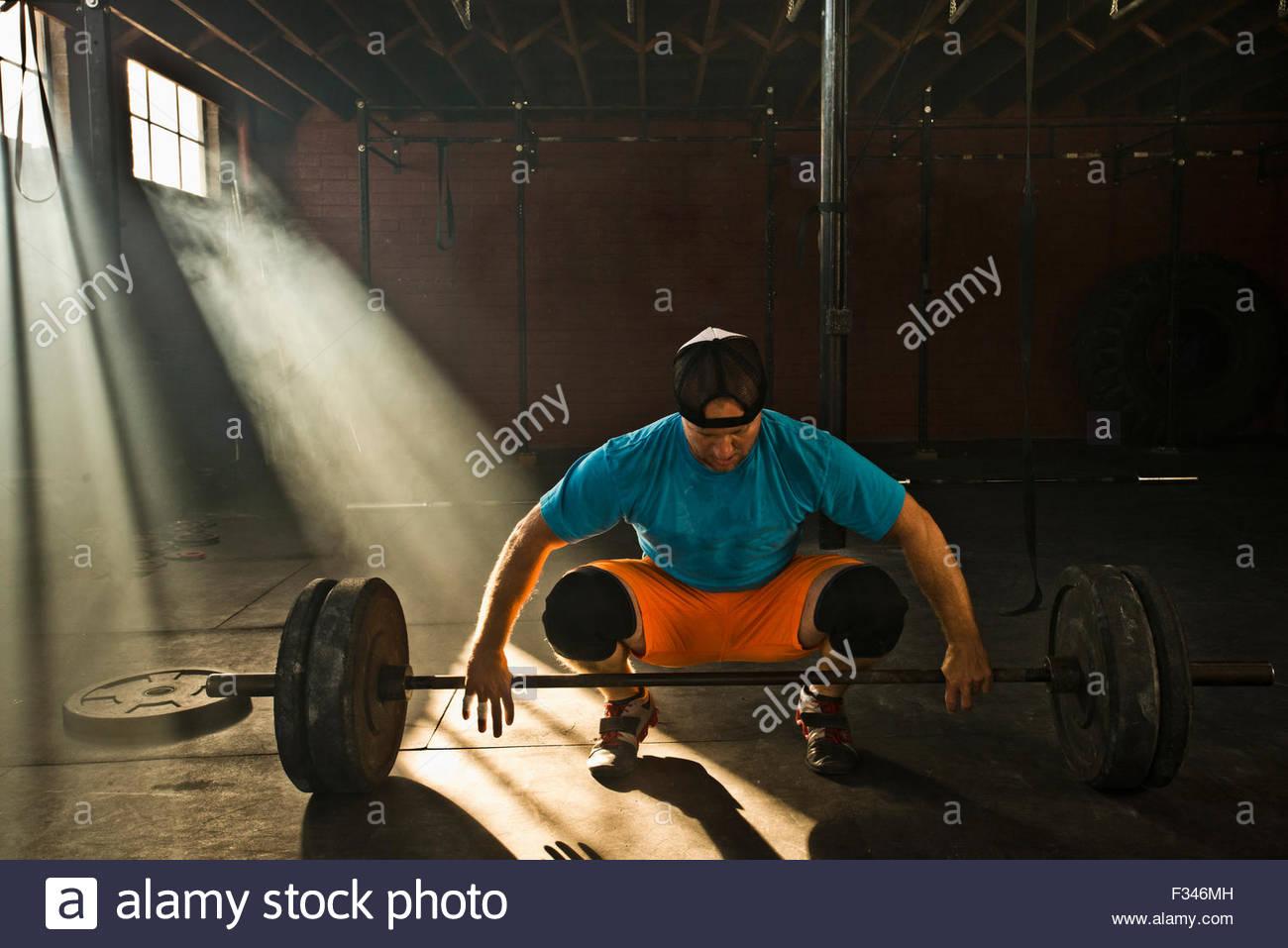 Ein männlicher Athlet bereitet sich auf Kreuzheben. Stockfoto