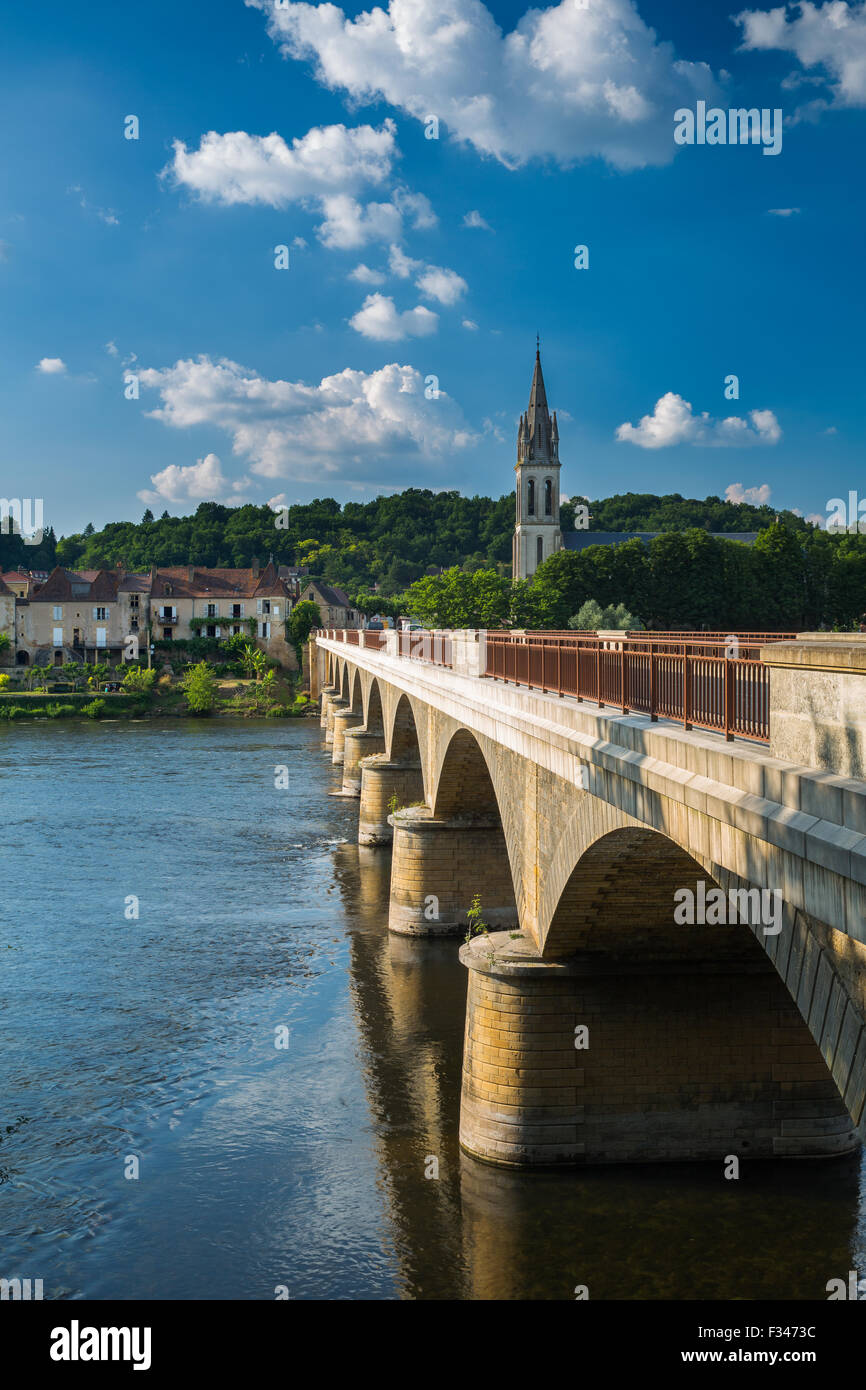 die Brücke über den Fluss Dordogne Lalinde, Pays de Bergerac, Périgord, Dordogne, Aquitaine, Frankreich Stockbild