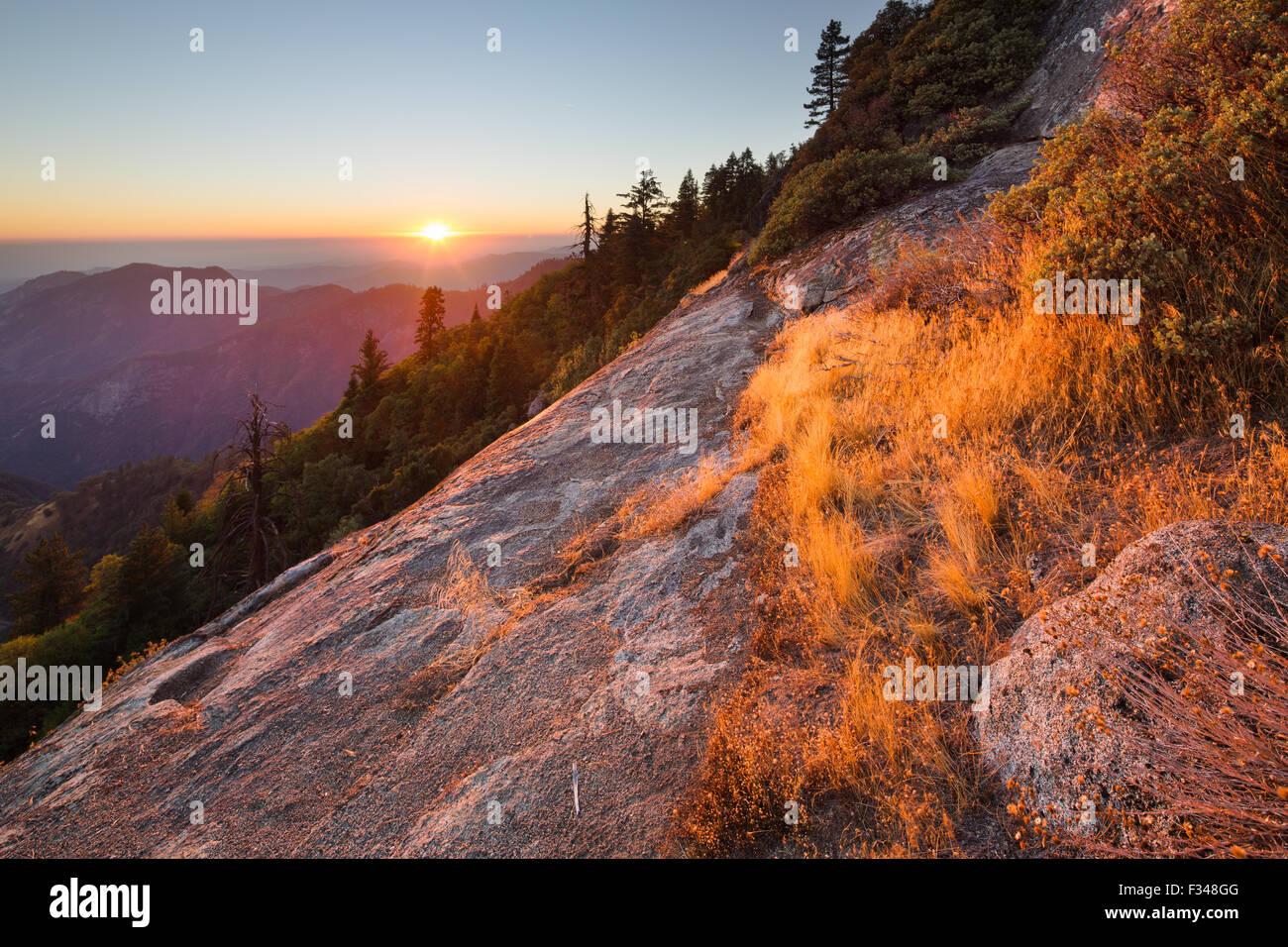 Sonnenuntergang über der Sierra Nevada von Hanging Rock, Sequoia Nationalpark, Kalifornien, USA Stockbild
