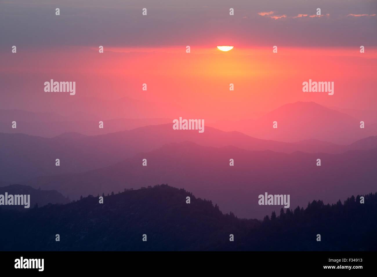 Sonnenuntergang über der Sierra Nevada von Moro Rock, Sequoia Nationalpark, Kalifornien, USA Stockbild