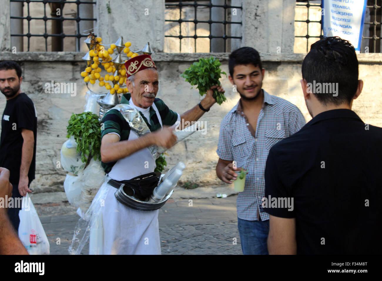 Istanbul, Türkei - 20. September 2015: Verkäufer von Limonade posiert für die Kamera in den Händen Stockbild