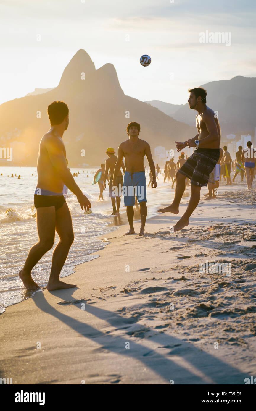 RIO DE JANEIRO, Brasilien - 18. Januar 2014: Junge Brasilianer spielen keepy uppy Strandfußball oder Altinho, am Strand von Ipanema. Stockfoto