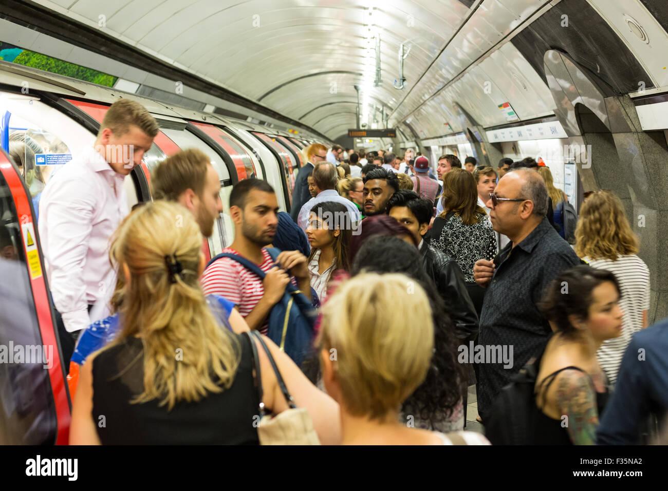 Rush Hour an Bank Station auf der Londoner U-Bahn Stockbild