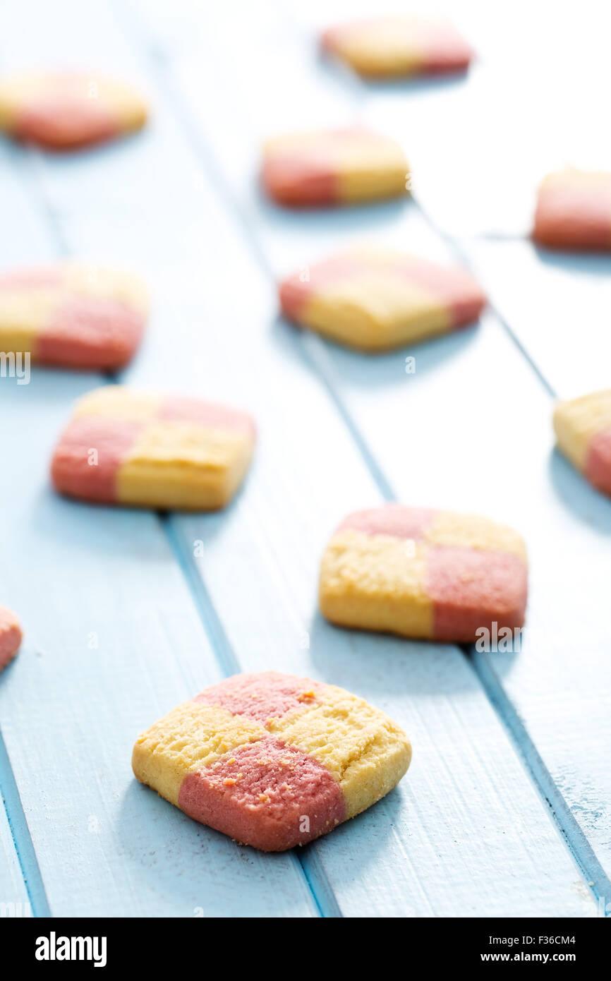 farbige Butterkekse auf Küchentisch Stockbild