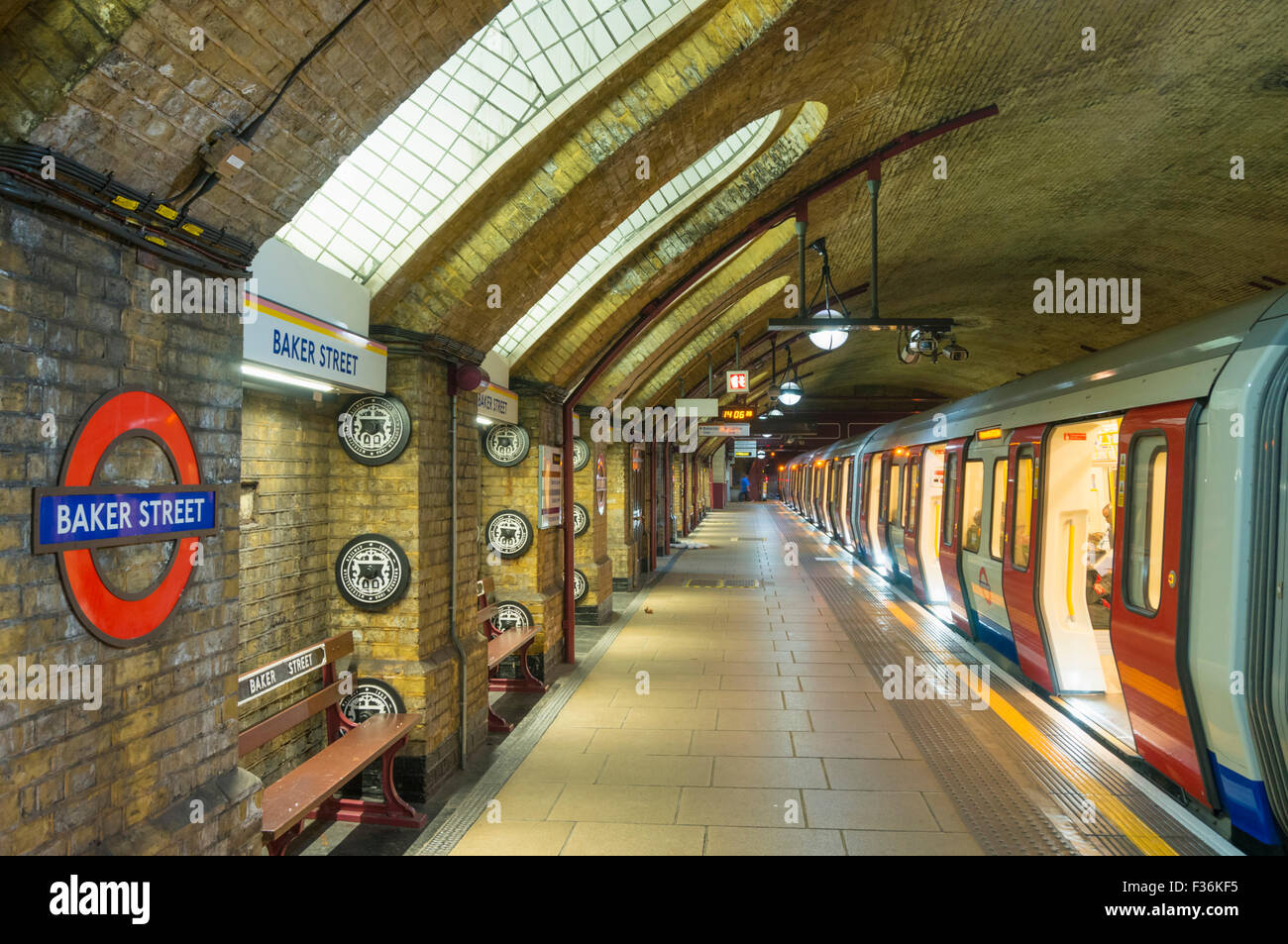Viktorianische Architektur und freiliegendes Mauerwerk an der Baker Street U-Bahnstation Plattform London England Stockbild