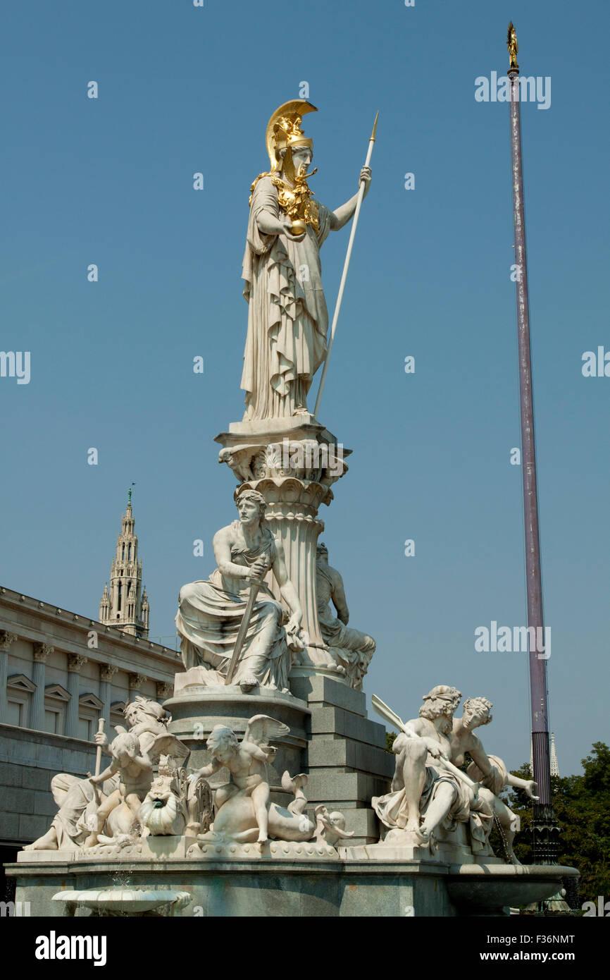 Die Athena Fountain (Pallas-Athene-Brunnen) vor dem Parlament in Wien, Österreich Stockbild