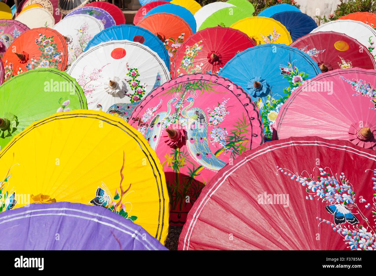 Handgeschöpftes Papier Sonnenschirme trocknen in der Sonne bei einem Regenschirm-Fabrik in Bo Sang, Provinz Stockbild