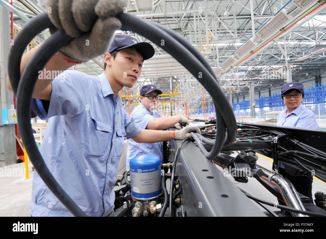 (151001)--XINGTAI, 1. Oktober 2015 (Xinhua)--Arbeiter arbeiten auf einem Fließband an einem Produktionsstandort Stockbild