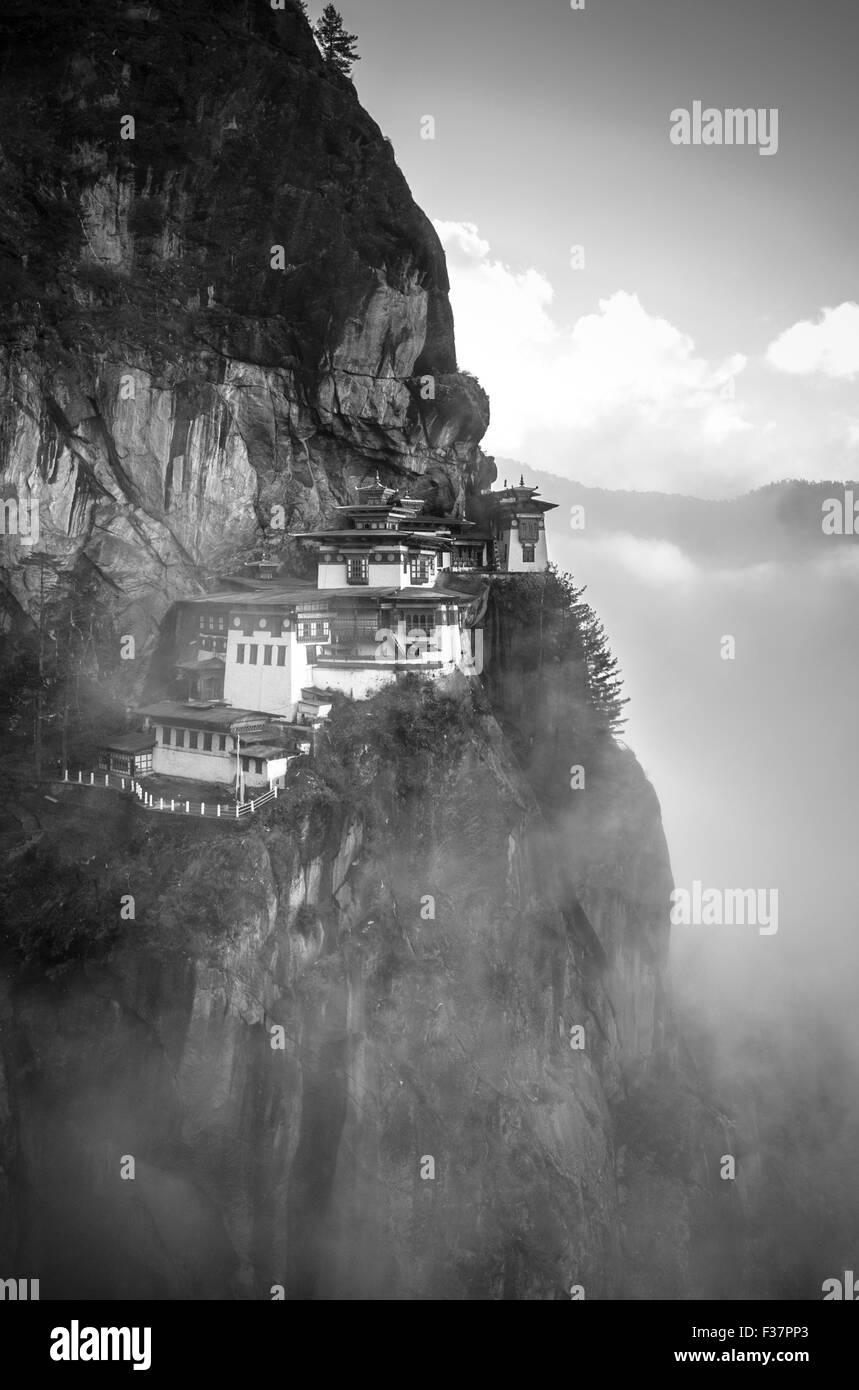 Tiger Nest Kloster (Paro Taktsang) auch bekannt als Taktsang Palphug Kloster im Paro-Tal, Bhutan. Bei Sonnenaufgang genommen. Stockfoto