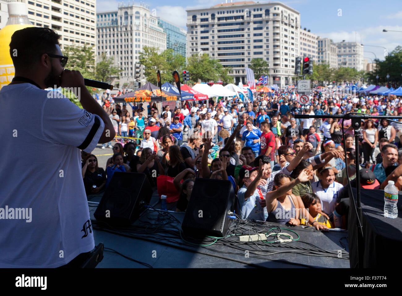 Hip-Hop-Musiker auf der Bühne ein Konzert im freien - USA Stockbild