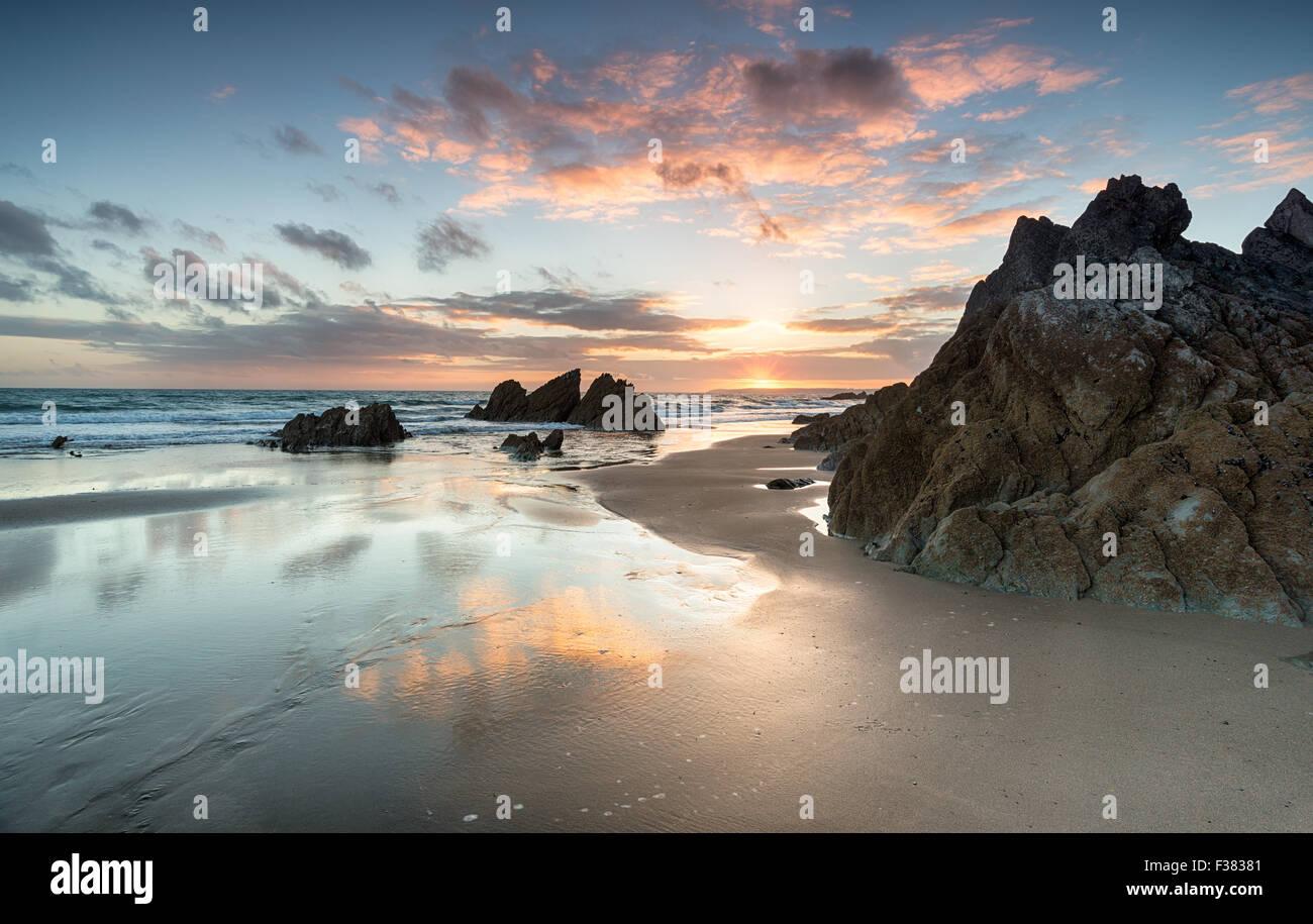 Atemberaubenden Sonnenuntergang am Strand von Freathy an der Whitsand Bay im Südosten Cornwall Stockbild