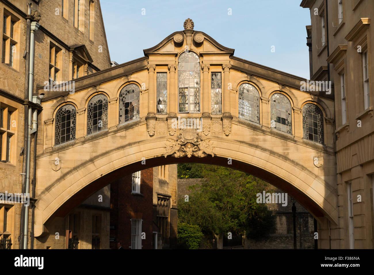 Die Hertford Brücke, im Volksmund bekannt als die Seufzerbrücke, New College Lane, Oxford, Oxfordshire, Stockbild