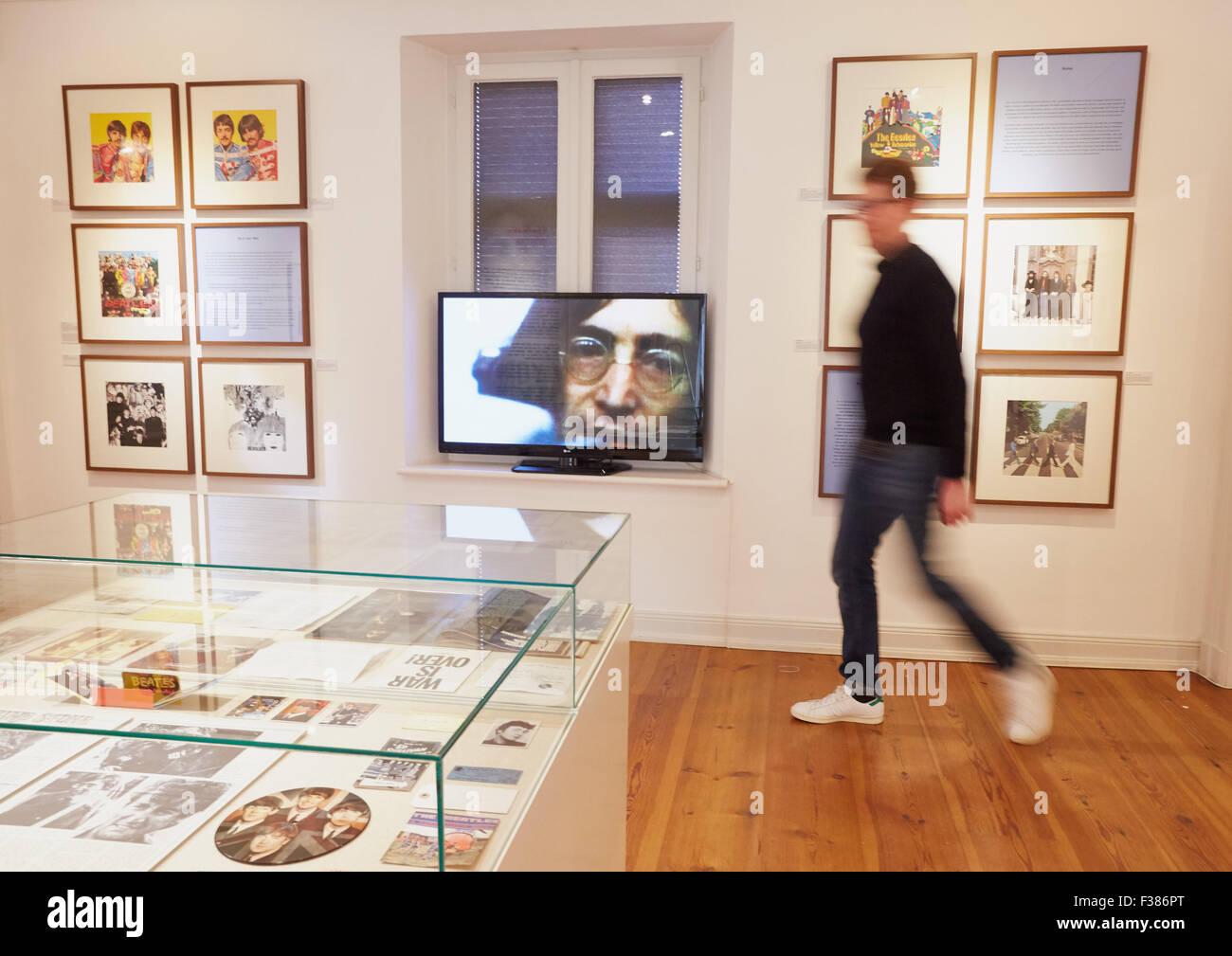 Ein Museums-Mitarbeiter führt durch die Ausstellung John Lennon - vorstellen. Musiker, Dichter, Zeichner, Aktivist Stockbild
