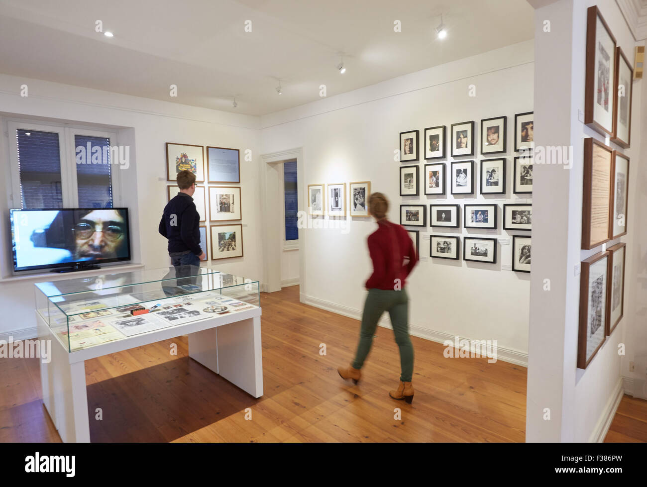 Museumsmitarbeiter zu Fuß durch die Ausstellung John Lennon - vorstellen. Musiker, Dichter, Zeichner, Aktivist Stockbild