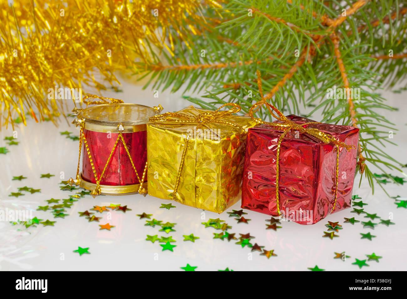 zwei Geschenke unter dem Weihnachtsbaum mit roten Trommel Stockfoto ...