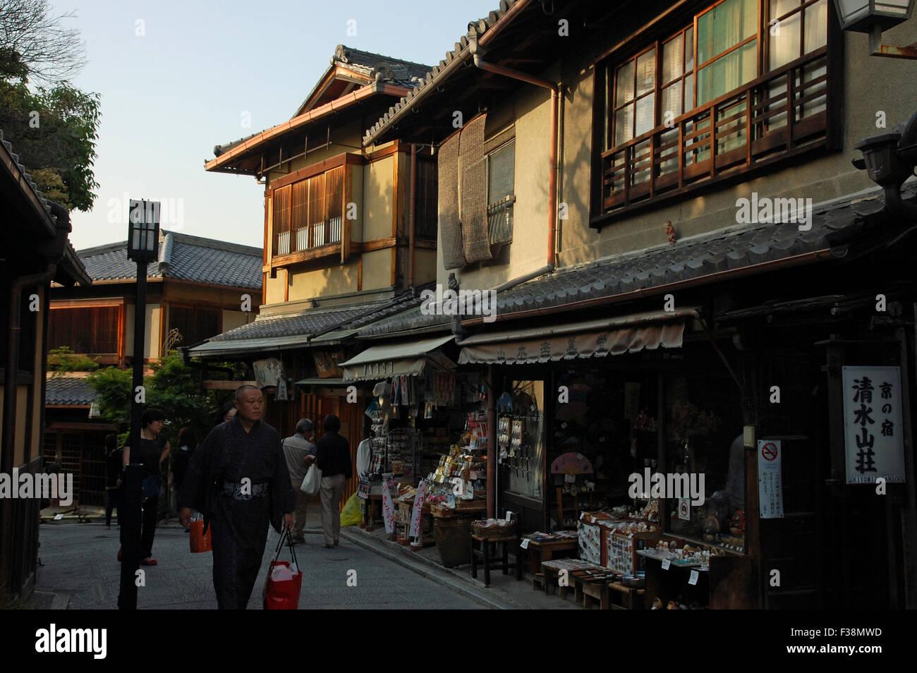 Traditionelle Japanische Häuser Aus Holz Und Souvenirläden In  Vorzüglichen Zaka, Kyoto.