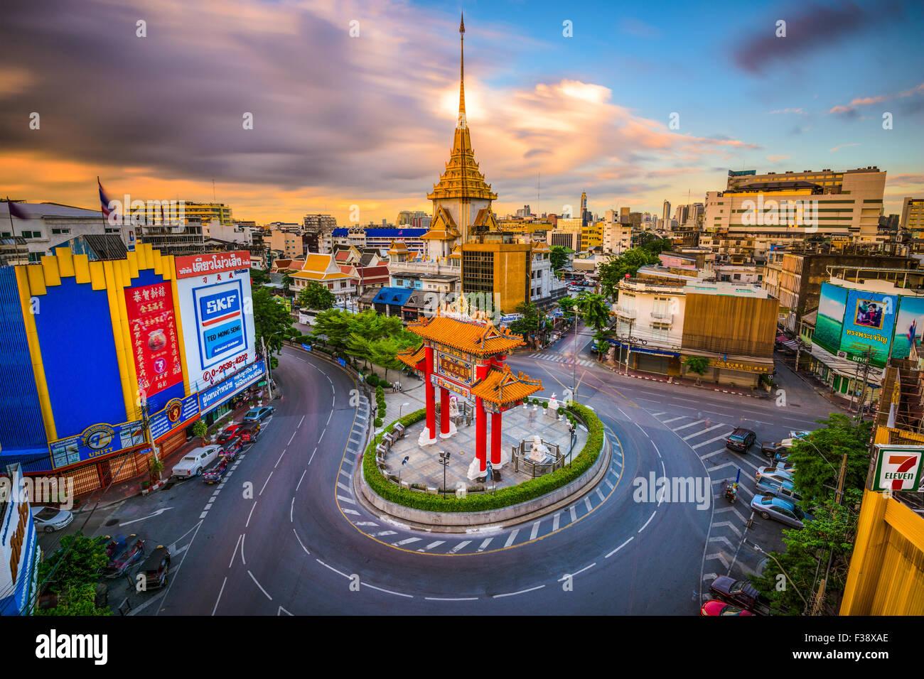 Die Chinatown Tor Kreisverkehr mit Wat Traimit hinter in Bangkok, Thailand. Stockbild