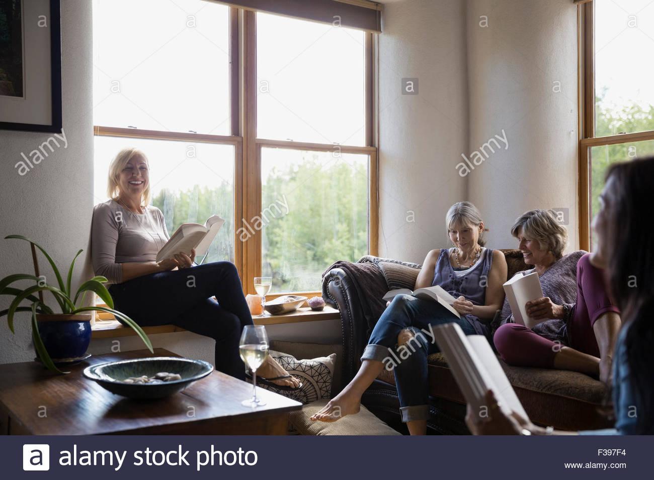 Lächelnde Frauen genießen Buchclub Stockbild