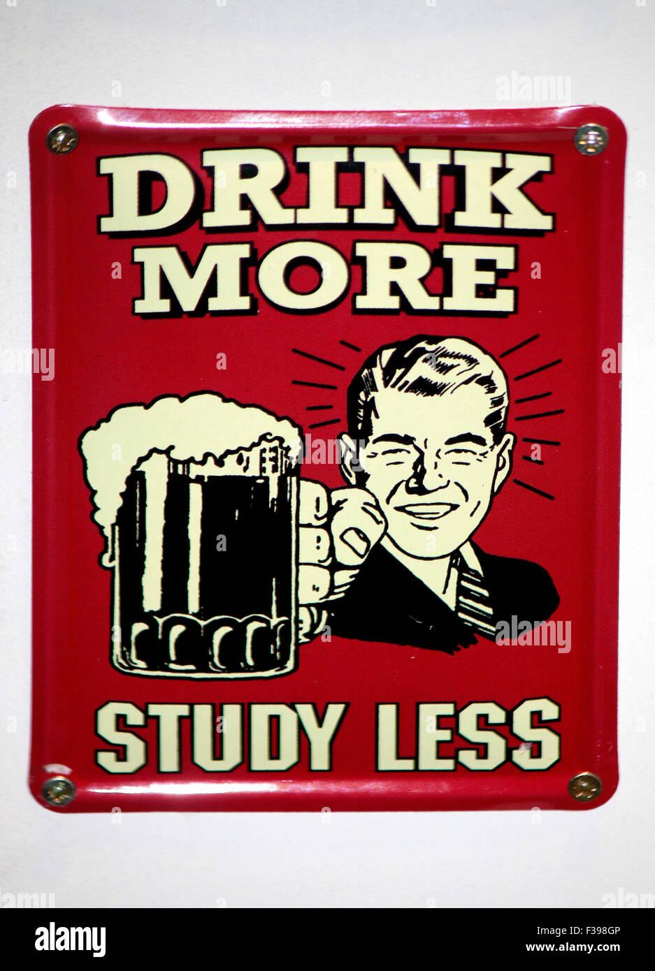 """Das Logo der Marke """"Trinken mehr Studie weniger"""", Berlin. Stockbild"""