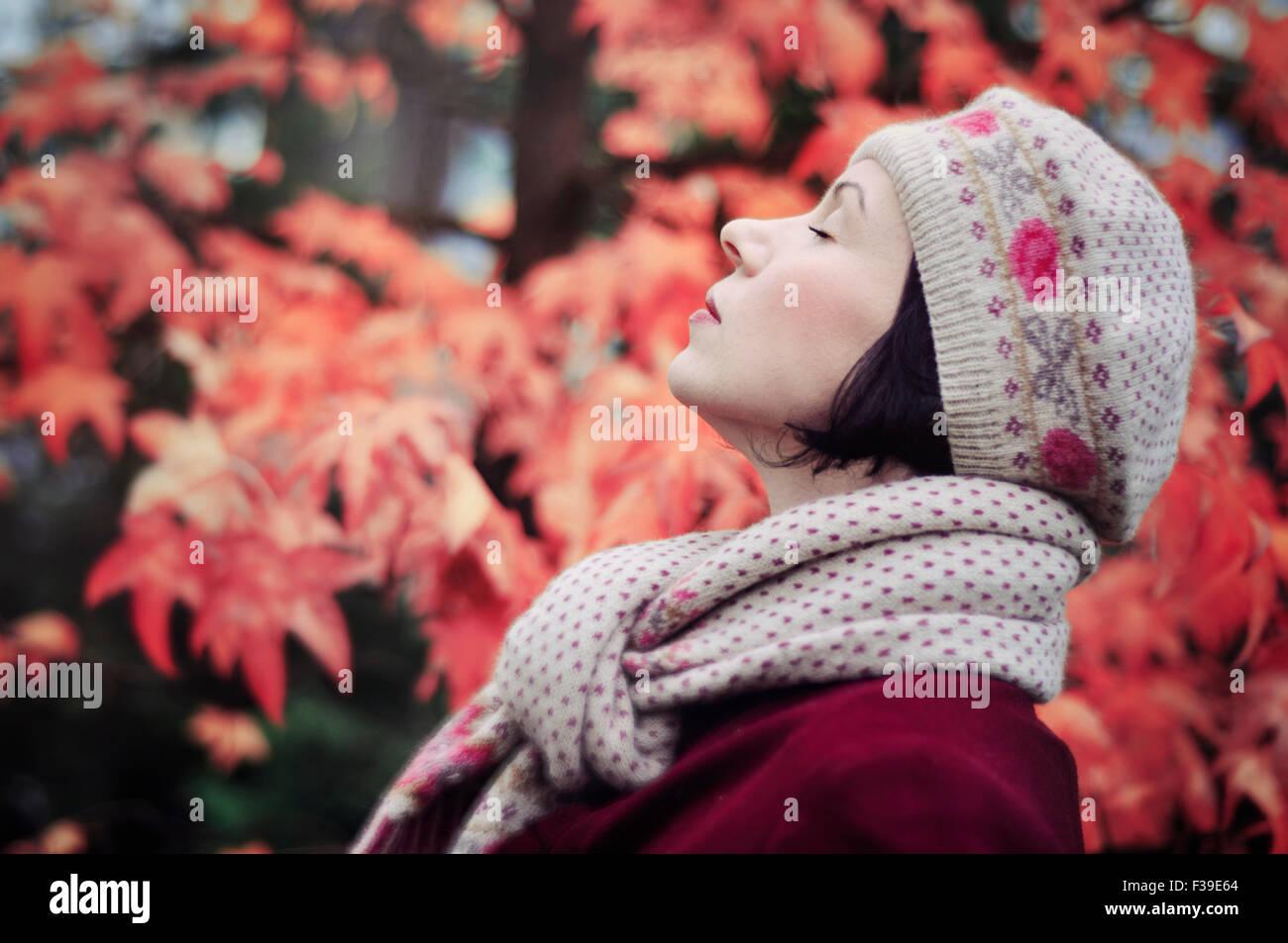 Frau genießen Leben Porträt Augen geschlossen Seitenansicht Stockbild
