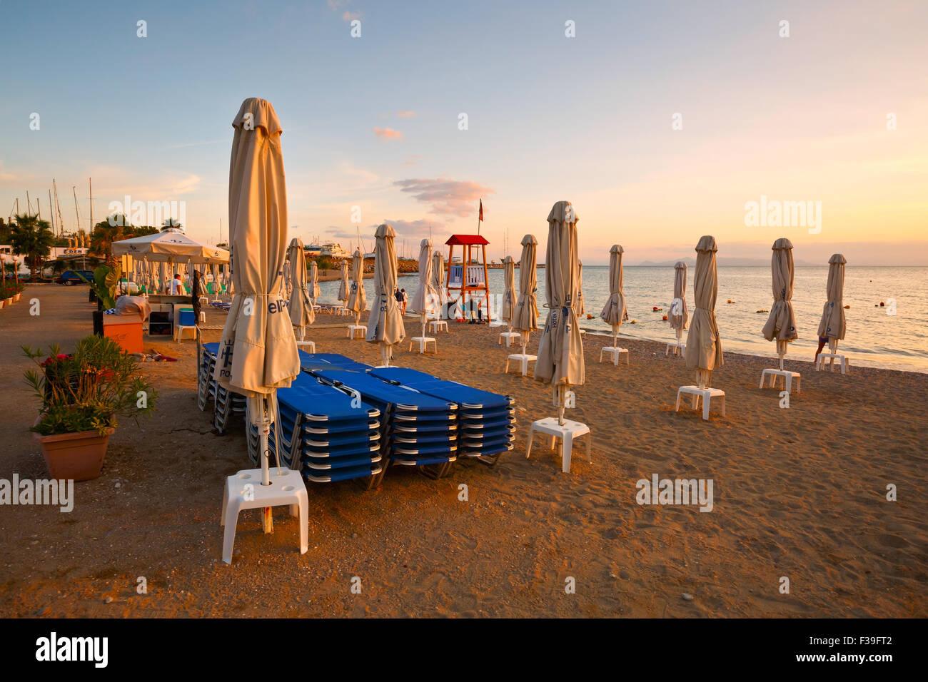 Sonnenschirme am Strand in Palaio Faliro in Athen, Griechenland Stockbild