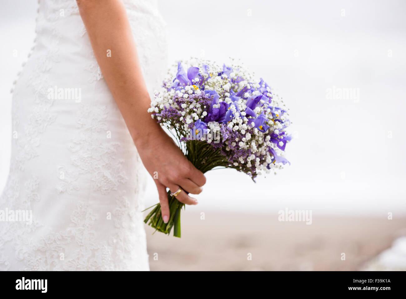 Nahaufnahme von einer Braut hält einen Blumenstrauß Stockbild