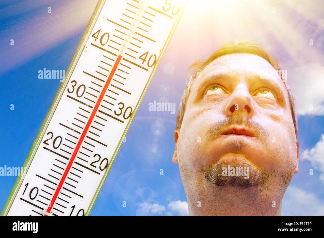 Mann an sehr heißen Tag Stockbild