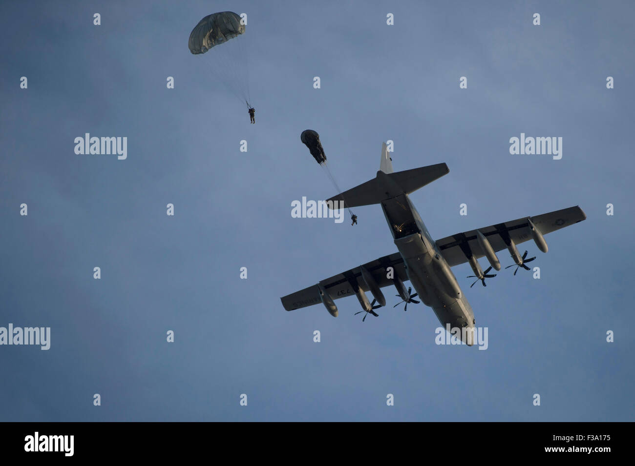 22. April 2015 - Personal von Bravo Company, teilnehmen 2. Bataillon, 7. Special Forces Group an Static-Line-Sprünge Stockbild