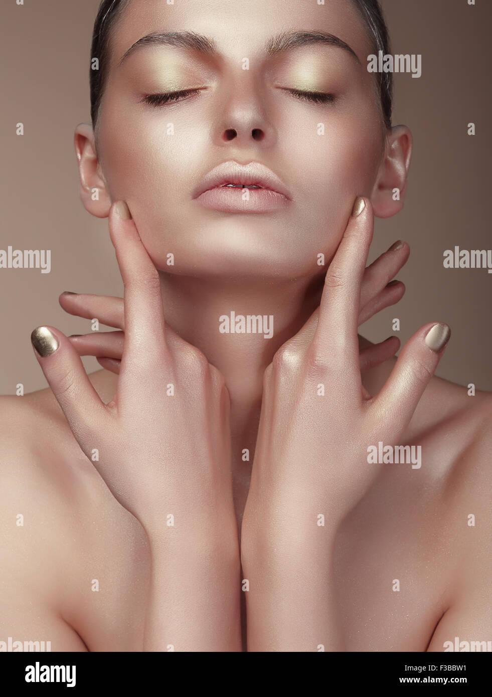 Portrait von junge nette Frau mit gebräunten Haut Stockbild