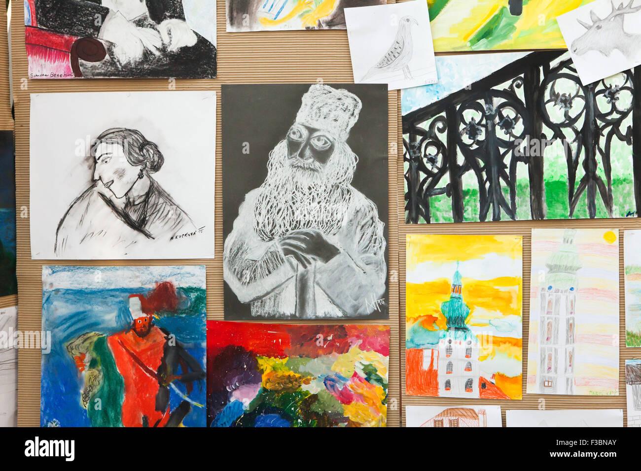 Lustigen alten Mann gezeigt auf der Ausstellung der Zeichnungen des Kindes in den Süden Westböhmische Stockbild
