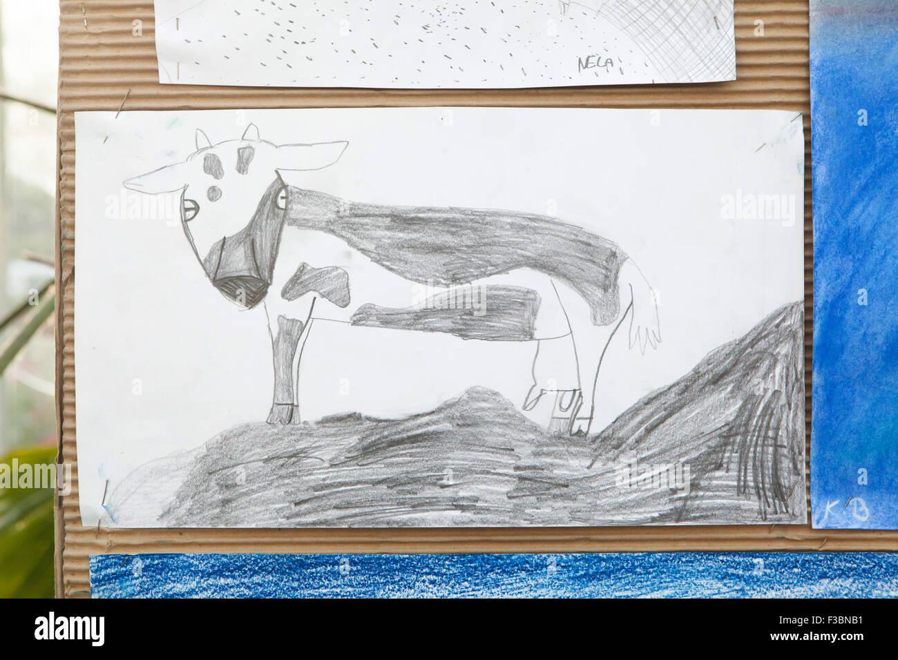 Lustige Kuh gezeigt auf der Ausstellung der Zeichnungen des Kindes in den Süden Westböhmische Galerie Stockbild