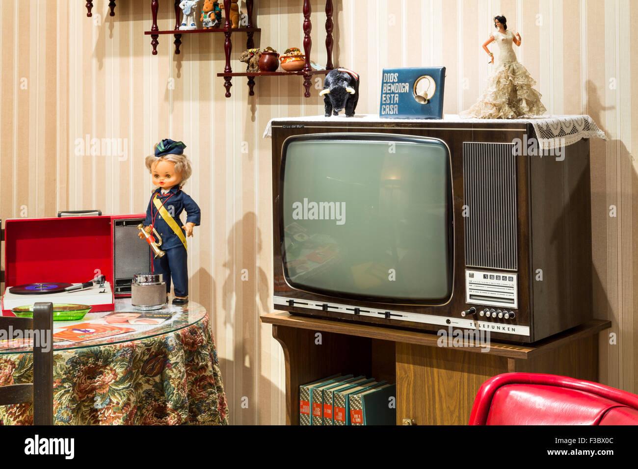 vintage tv wohnzimmer der 70er jahre stockfoto bild 88157676 alamy. Black Bedroom Furniture Sets. Home Design Ideas