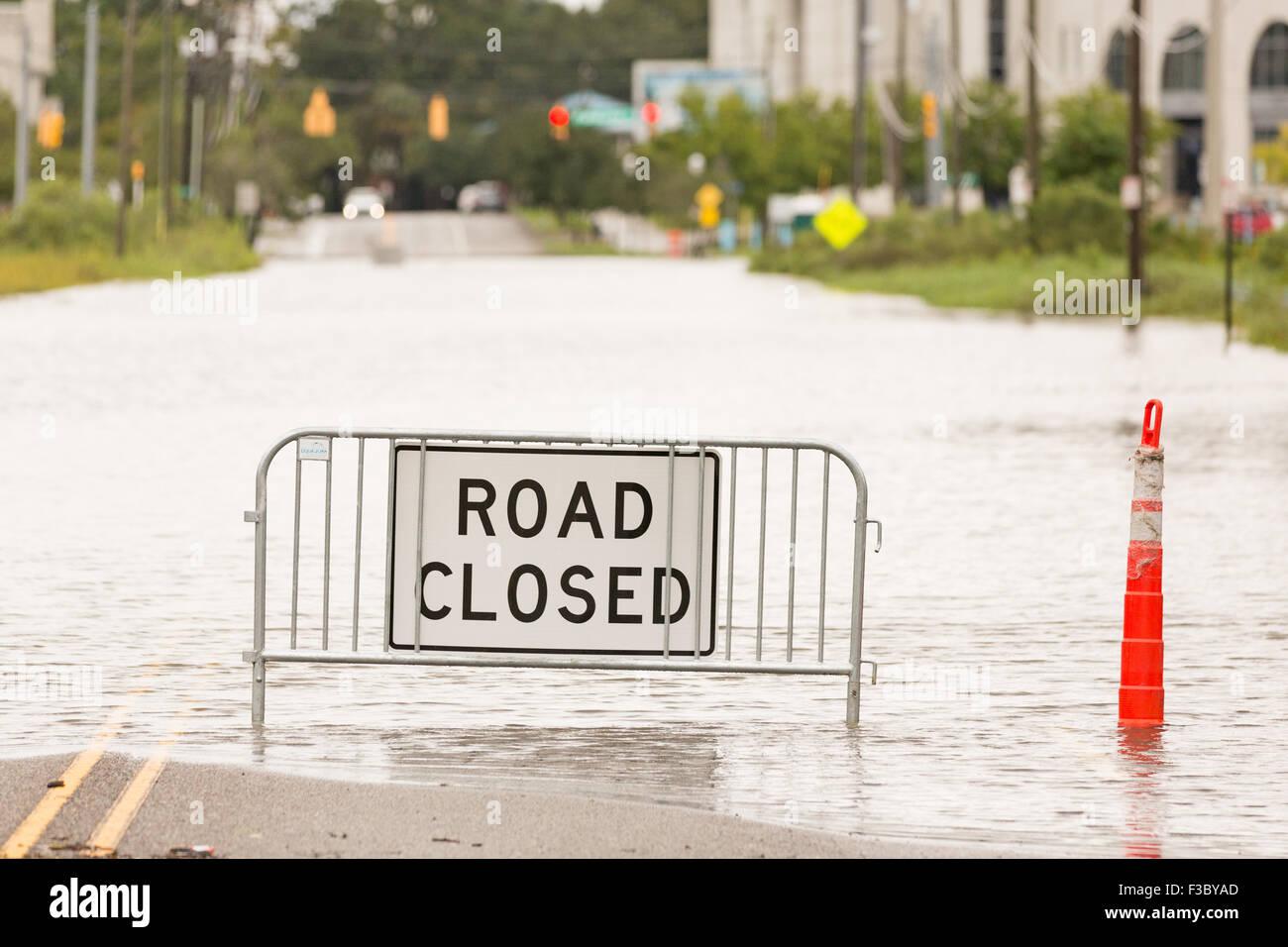 Charleston, South Carolina, USA. 4. Oktober 2015. Eine Straße geschlossen Schild an einer stark überfluteten Stockbild