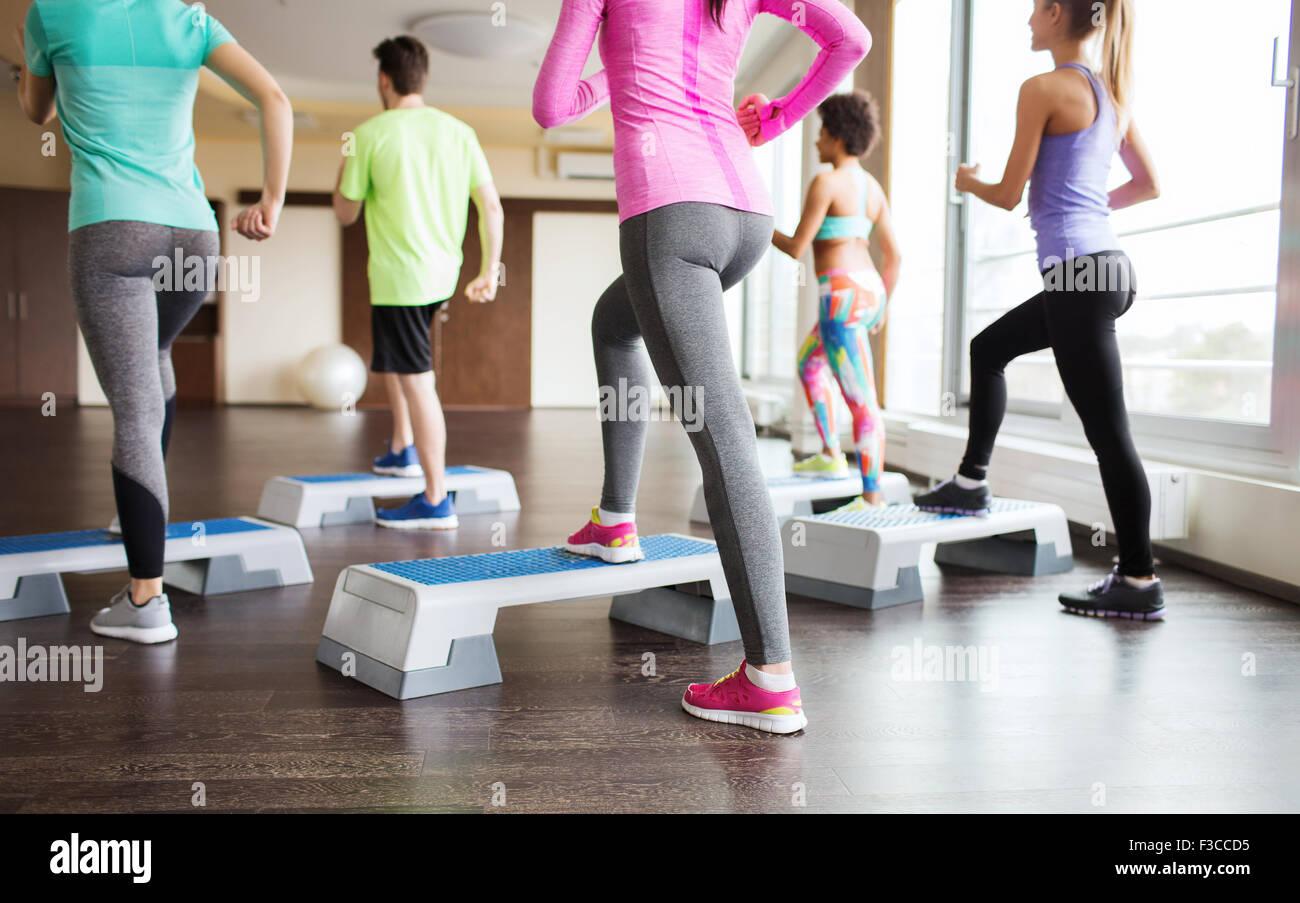 Nahaufnahme eines Menschen mit Stepper im Fitness-Studio trainieren Stockbild