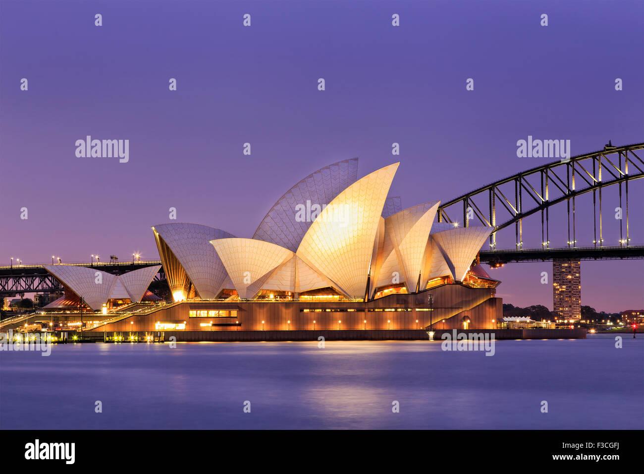 SYDNEY, Australien, 10. Juli 2015 - Sydney Opera House und Harbour Bridge in Sydney bei Sonnenuntergang. Legendären und weltweit bekannte Wahrzeichen der Stockfoto