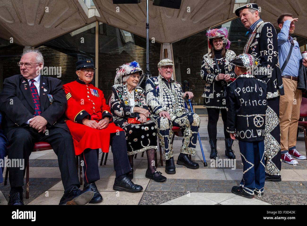 Pearly Kings & Königinnen und Chelsea Rentner an der jährlichen Pearly Kings und Queens zu ernten, Stockbild